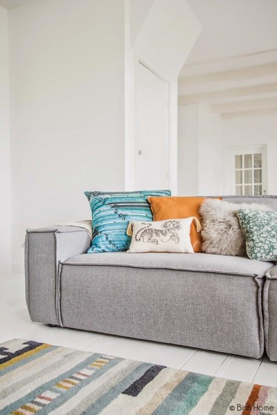Canapé doux dans un salon ensoleille