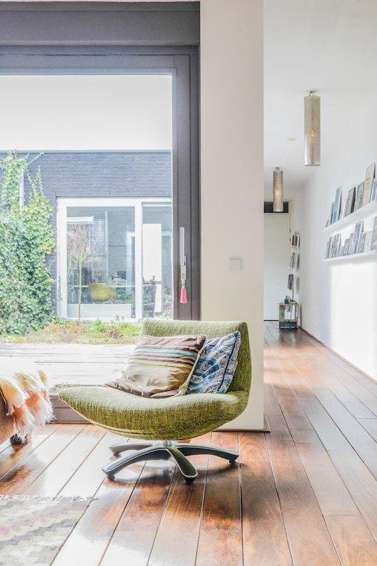 Salon ensoleillé avec un plancher en bois