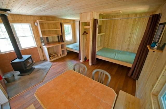 aménagement intérieur rustique idée table de salon lit étagères en bois