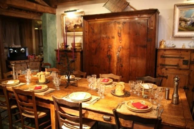 cuisine table bois rustique design déco tableaux chaise en bois armoire