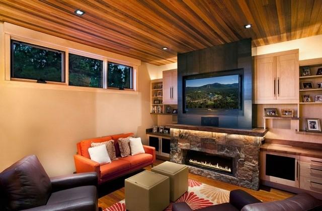 petit salon plafond bois vue cheminee