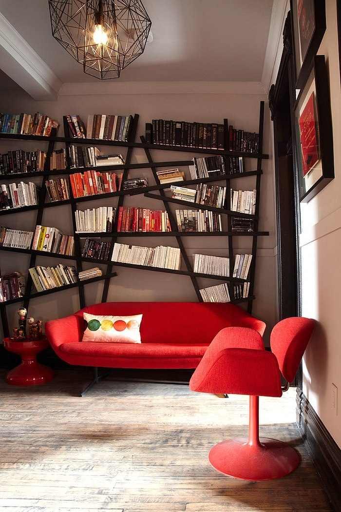 Idées déco salon pas cher original moderne etageres canapé  chaise rouge