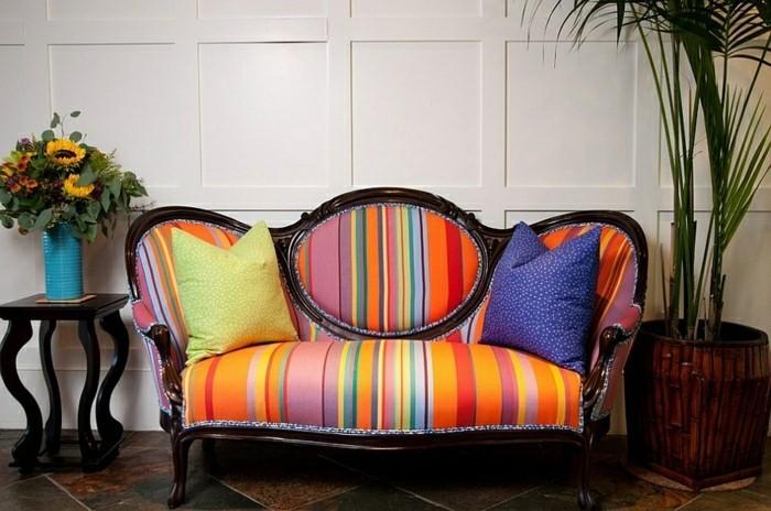 idée déco salon canapé coloré coussins moderne bouquet de fleurs palme