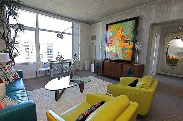 salon meubles retro couleurs vives