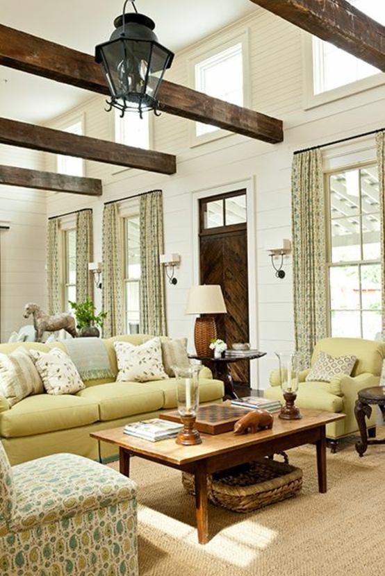 aménagement salon moderne design idée style rustique famille lampe suspendue noire table basse en bois