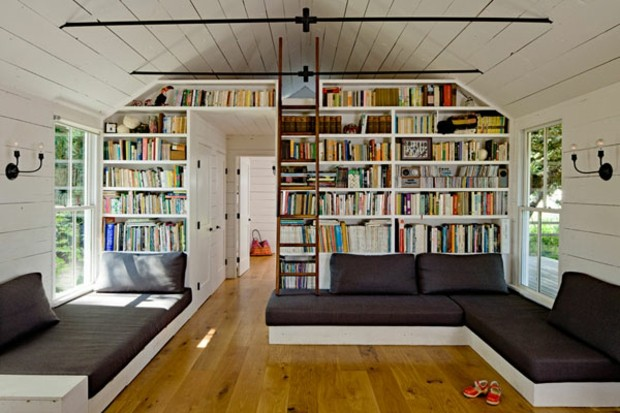 belle bibliothèque de salon avec échelle et mezzanine