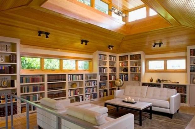 bibliothèque de salon avec plusieurs fenêtres lumière naturelle