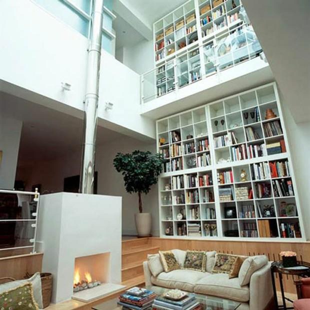 bibliothèque de salon double hauteur avec balcon