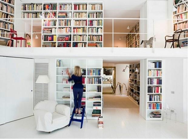 bibliothèque de salon qui s'étend sur deux étages