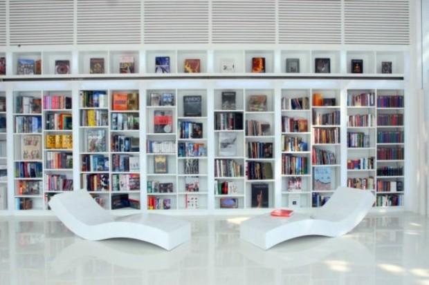 bibliothèque de salon style minimaliste blanc