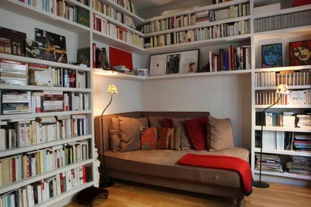 fauteuil confortable entouré de livres