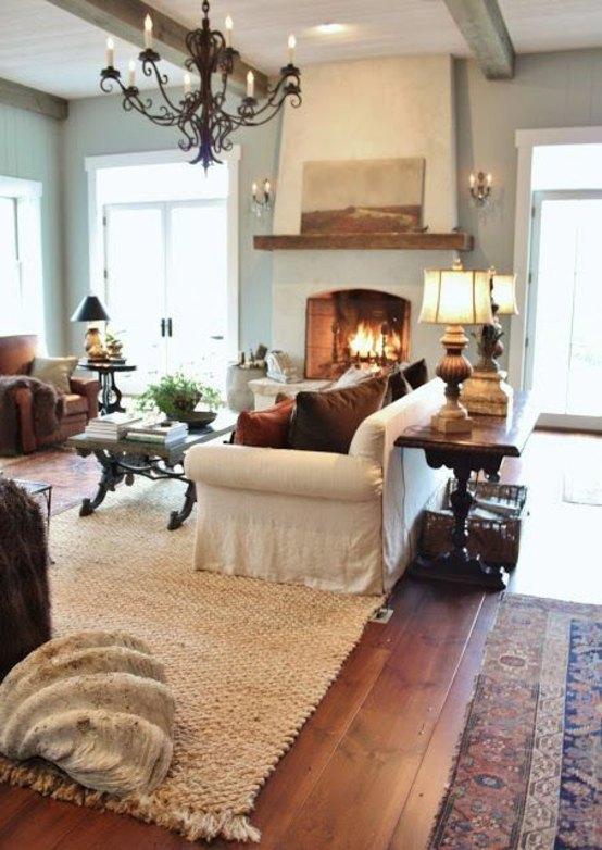 aménagement salon idée original design cheminée tapis canapé blanc table basse en bois salon