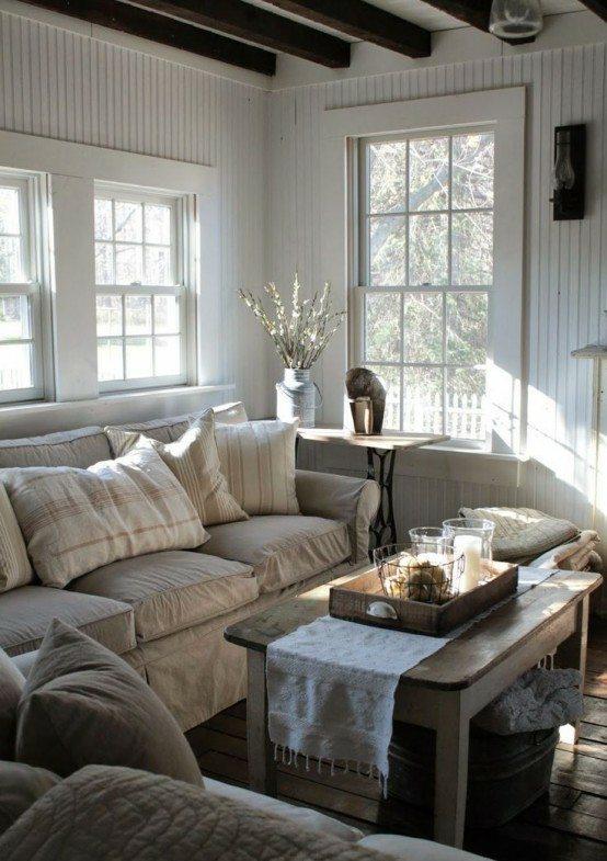 maison confortable salon en style rustique idée aménagement canapé famille grand table basse en bois plateau à servir en bois