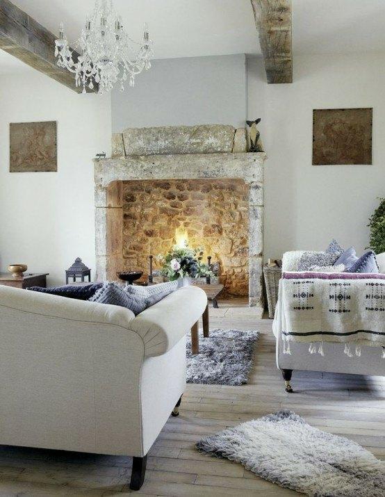 aménagement chaleureux cheminée canapé blanc lampe suspendue tapis de sol