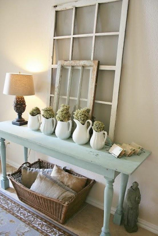 table basse bleue en bois cadre bouquet de fleurs lampe design