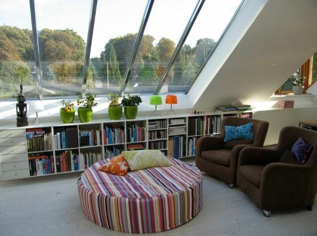 meuble bibliothèque bas sous fenêtre inclinée