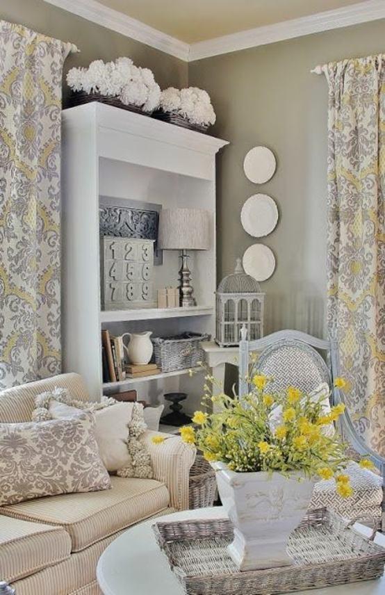 intérieur salon beau design fleurs jaunes canapé beige étagères rideaux