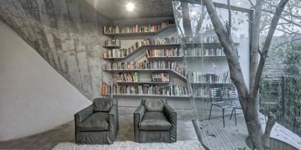 superbe intérieur avec une bibliothèque assymétrique