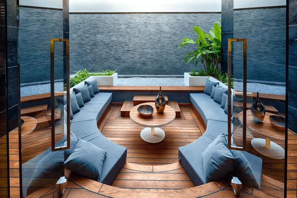 salon moderne aménagement design canapé bleu table bois