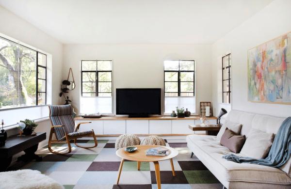 aménagement salon canapé blanc table bois basse tableau mur déco fauteuil