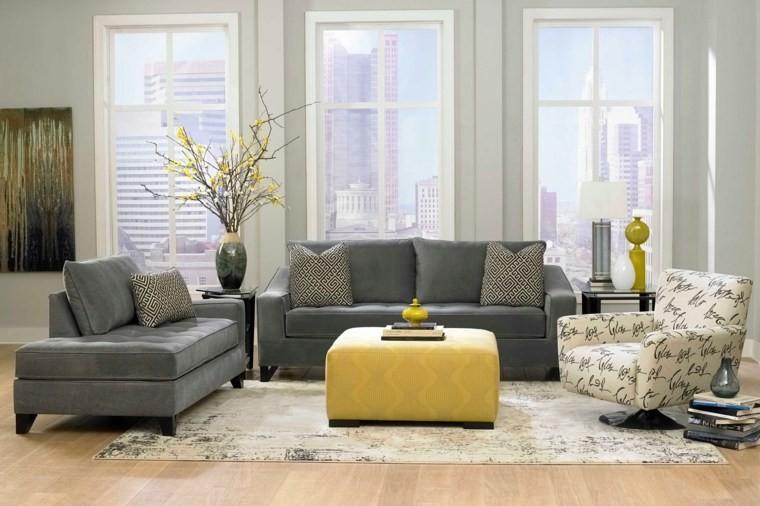 associer couleur salon idée canapé gris coussins pouf jaune moderne tapis de sol blanc fauteuil blanc fleurs déco