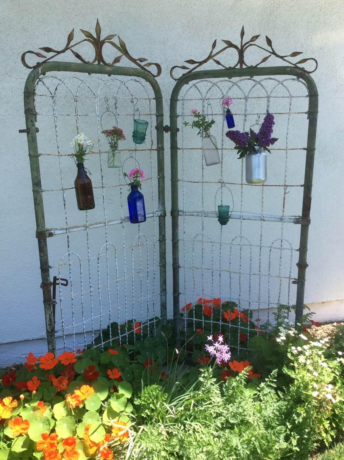 Porte de fer fantaisiste avec vases à fleurs