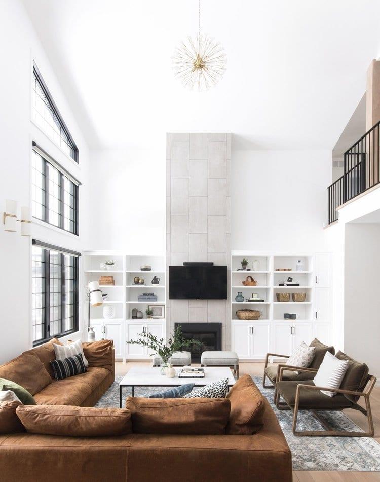 Déco de salon blanc et brun fonctionnel