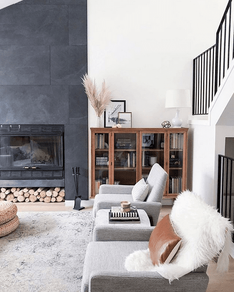 Salon design abec cheminée du sol au plafond