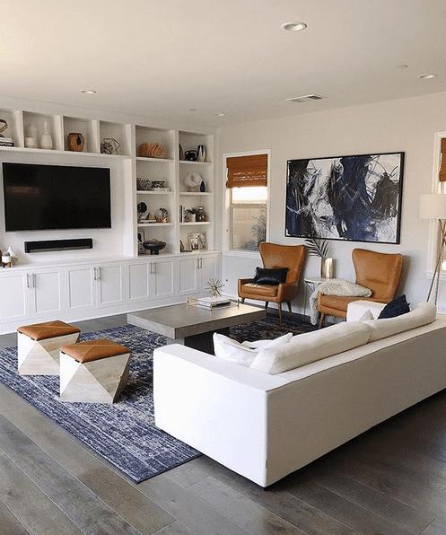 Salon design avec des chaises et des tabourets