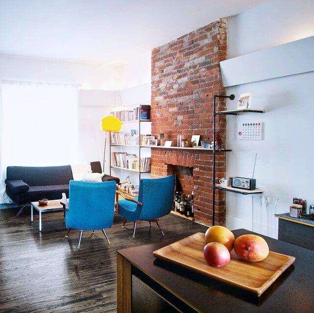Les briques exposées comme décor dans un salon de style industriel