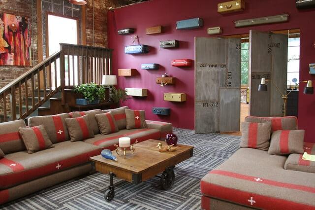 Un salon coloré avec des touches industrielles