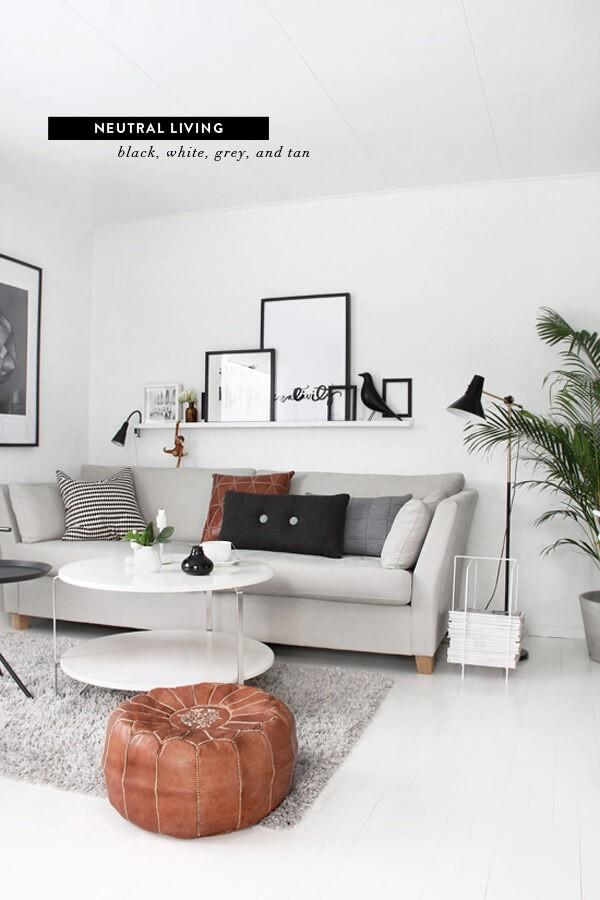 Comme dans les exemples précédents, les œuvres d'art choisies pour le meilleur salon scandinave ont un design minimal, comme les photographies de personnes. Elles conservent la palette de couleurs, éventuellement en noir et blanc uniquement, et sont généralement de style moderne. L'art mural des triangles turquoise est un choix artistique intéressant. Vous pouvez utiliser le tirage pour intégrer le turquoise dans la palette de couleurs de la pièce, le répéter dans les coussins et le jeté, et même éventuellement trouver un jeté avec un motif de diamant similaire. Changez facilement le traitement de vos murs