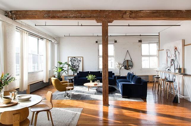 Salon industriel confortable et rustique