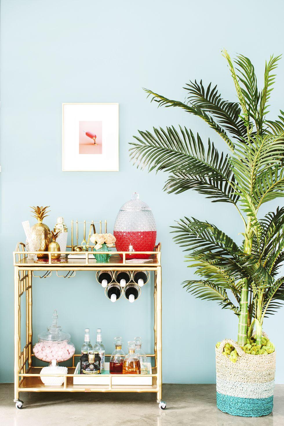 Déco de salon chic avec feuilles luxuriantes