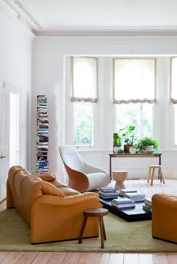 Salon minimaliste avec table basse sur terre