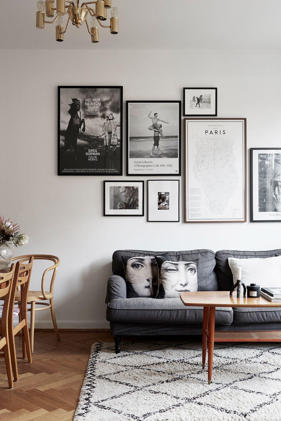 Salon minimaliste monochrome avec des tableaux