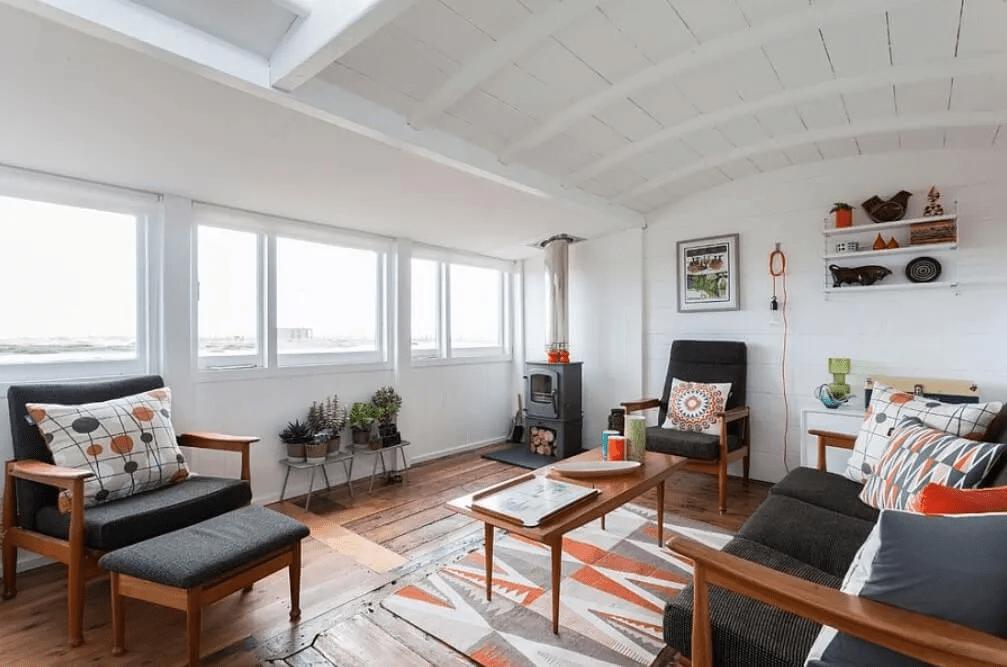 Une chambre scandinave spacieuse avec un motif audacieux
