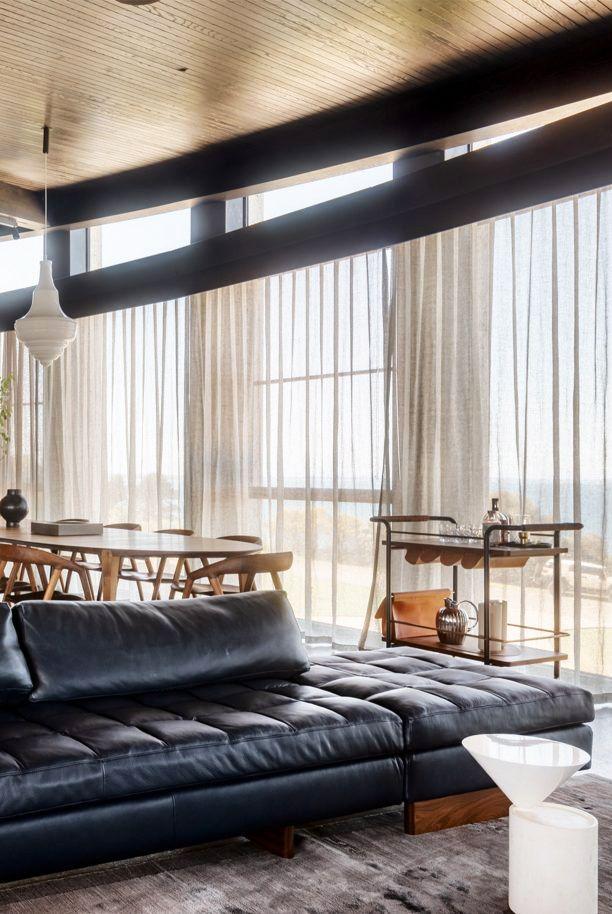 salon minimaliste avec des couleurs sombres