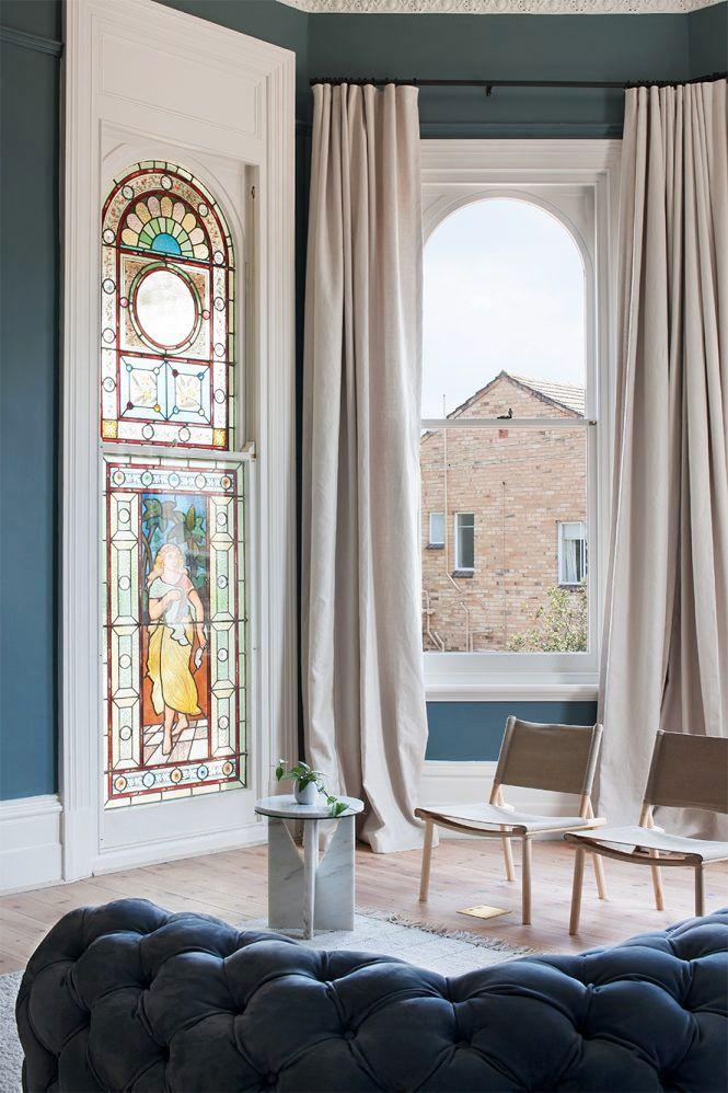 salon traditionnel avec un magnifique vitrail
