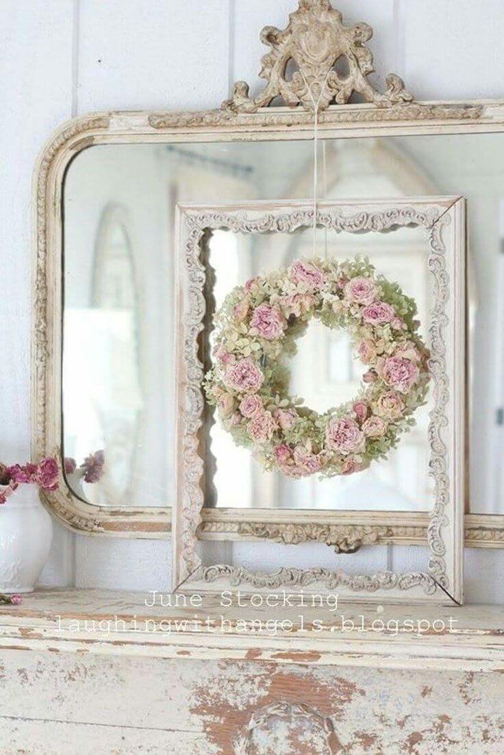 Arrangement des roses, des cadres et des miroirs