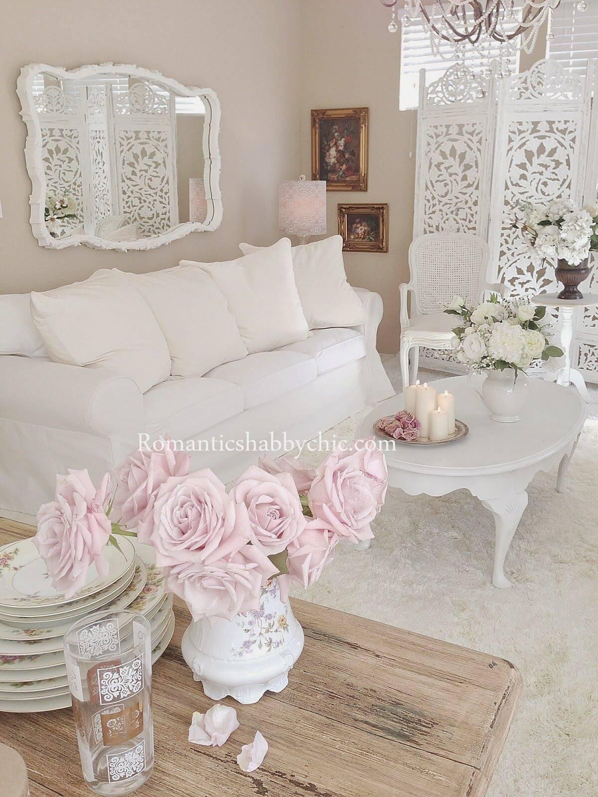 Blanc sur blanc avec des fleurs roses