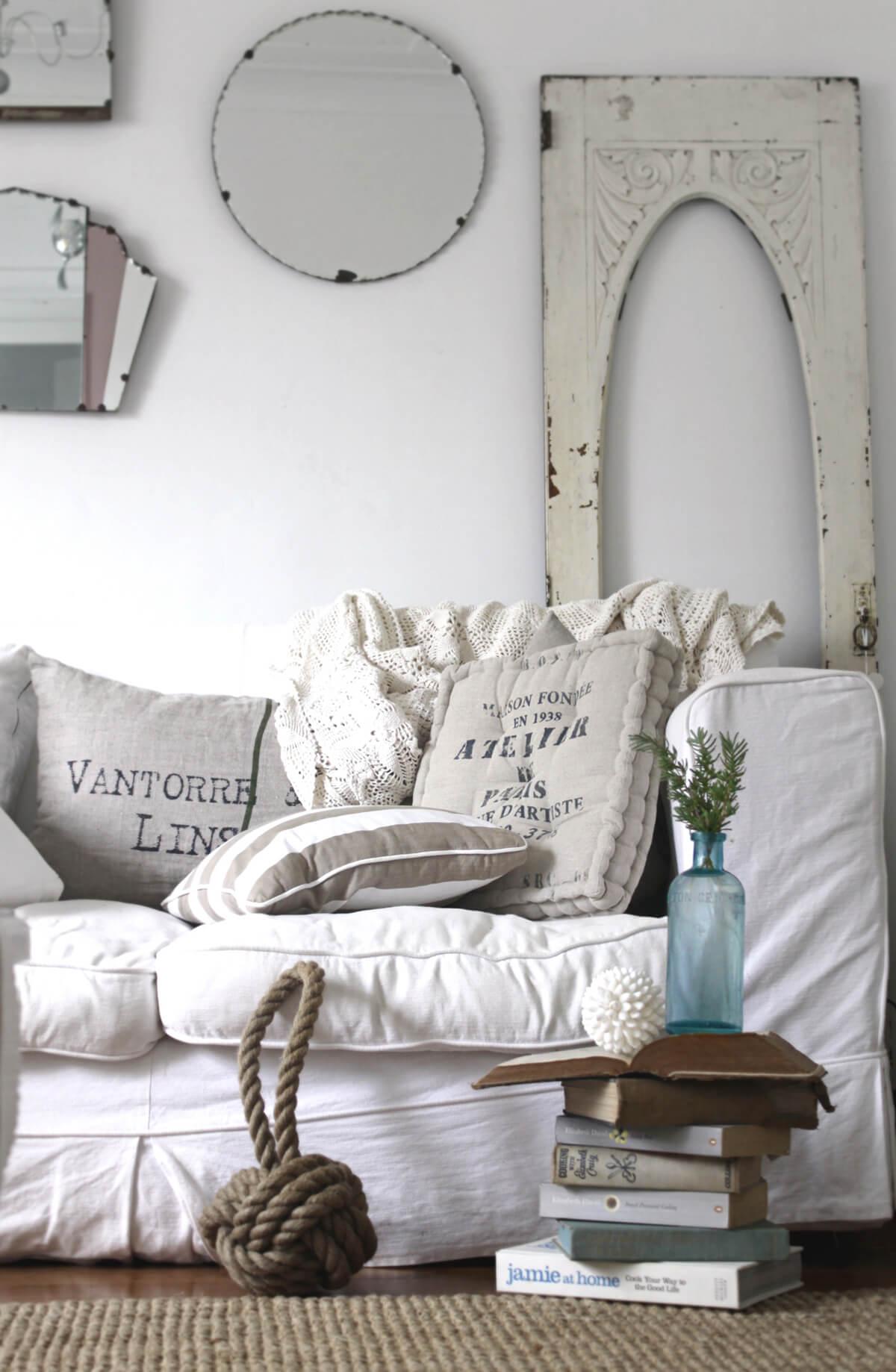 Canapé blanc avec coussins surdimensionnés et nœud nautique