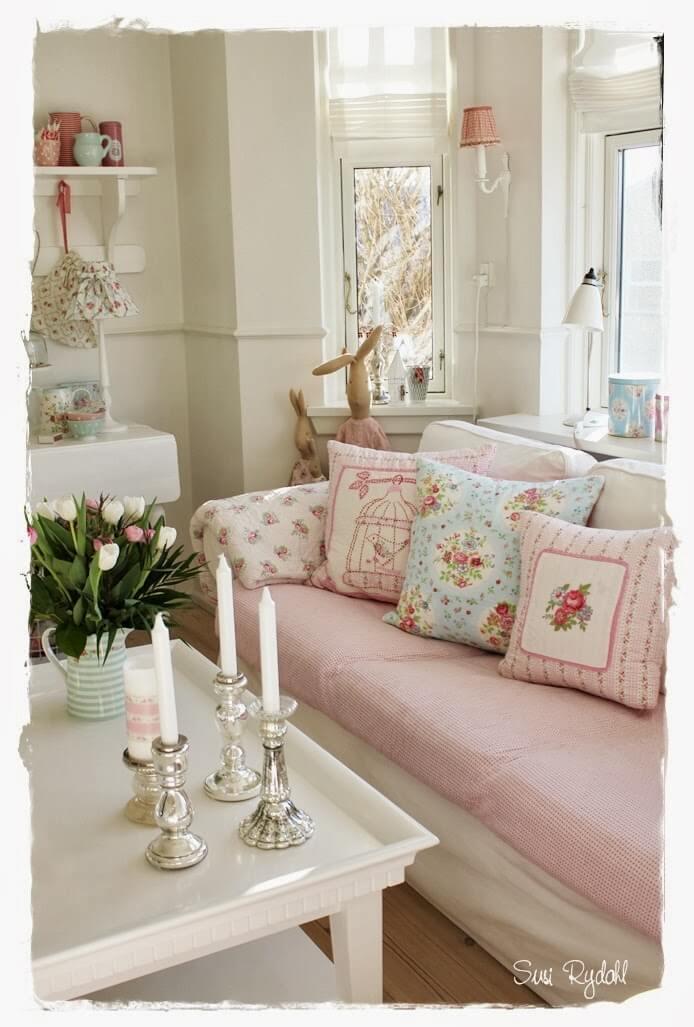 Canapé confortable avec motifs roses mélangés