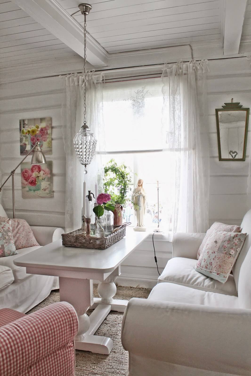 Chaise vichy rose dans le salon blanc