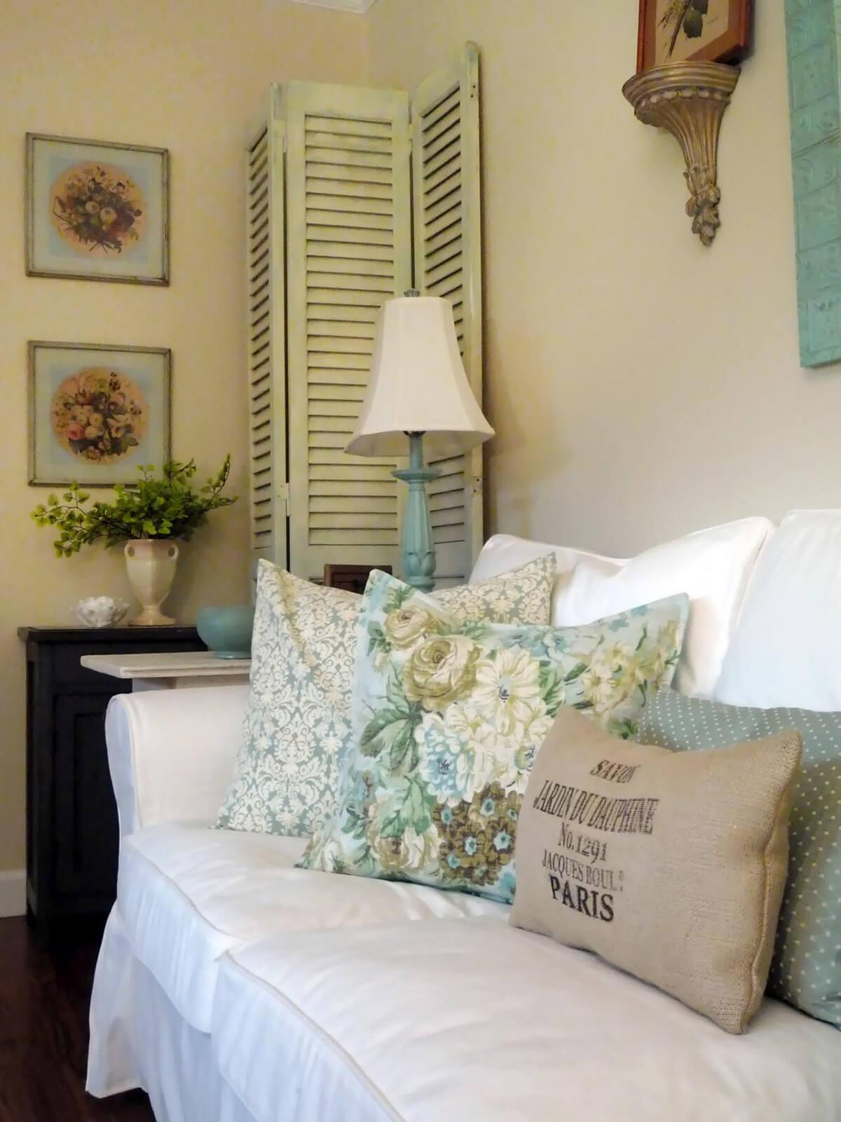 Chambre bleue et blanche avec coussins moelleux