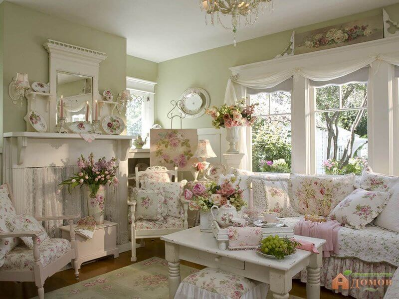Design de salon shabby chic et idée de décoration avec des roses roses
