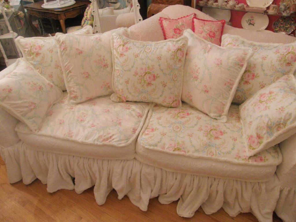 Magnifique canapé fleuri avec de nombreux coussins