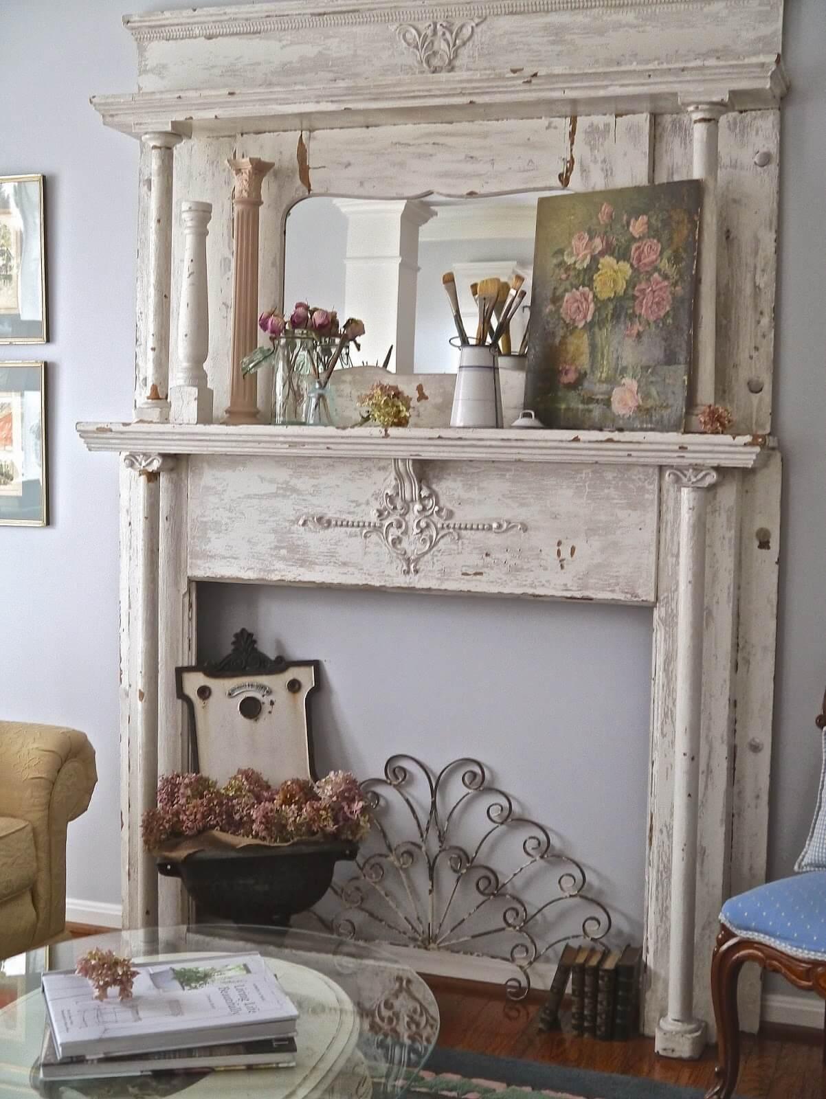 Pièce de cheminée en bois délabré avec peinture