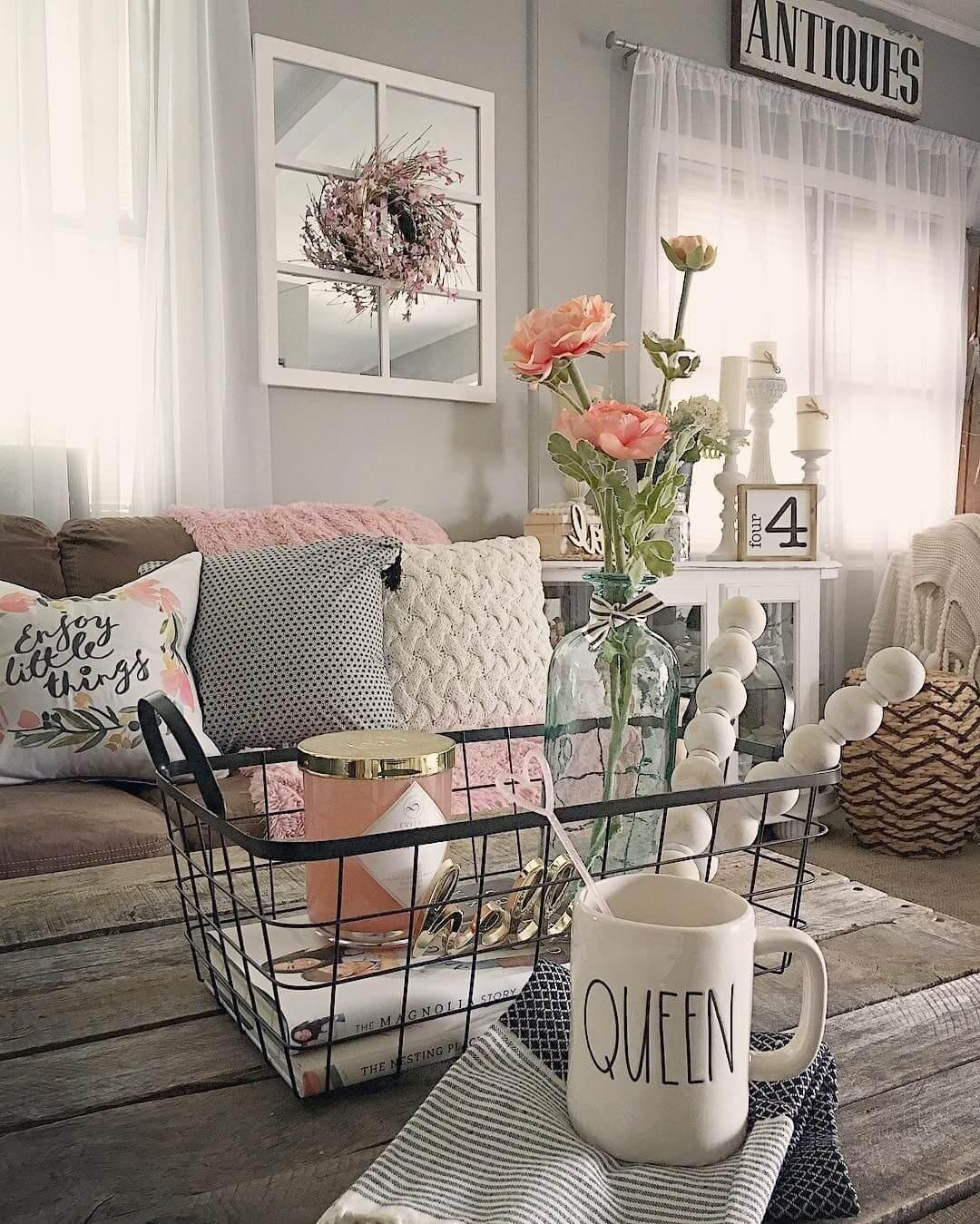 Table basse en bois vieilli avec vase