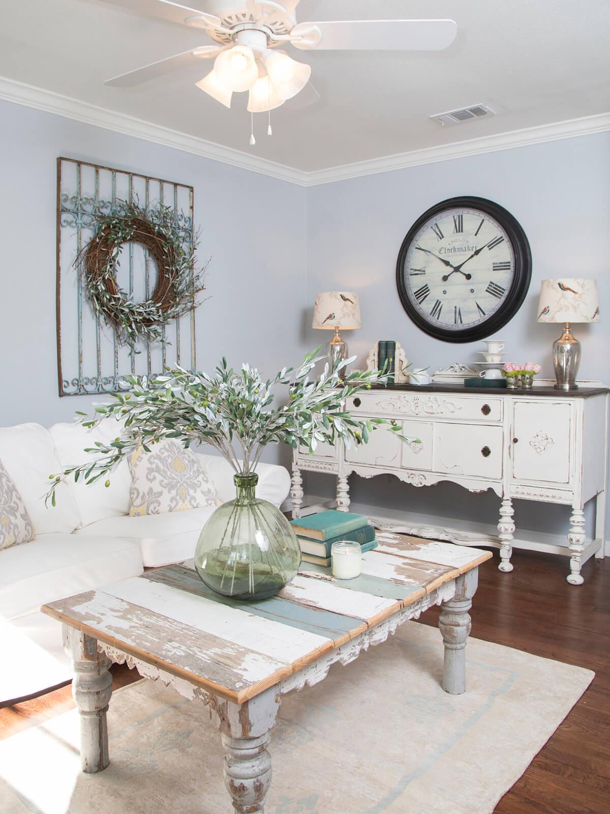Vieille table basse peinte avec grand vase